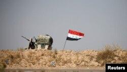 费卢杰城的伊拉克军车和国旗。伊拉克军队为从伊斯兰国极端分子手中夺回这个城市而展开的攻势进入了第三个星期。(2016年6月13日)