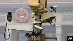 北京人大会堂前天安门广场上的监视录像机