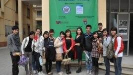 Chị Ðỗ Minh Thùy cùng các đồng nghiệp và học viên.