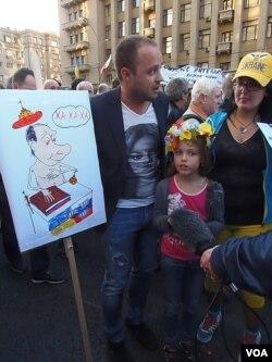 2014年9月莫斯科反战游行中,示威者手举标语反对普京试图控制乌克兰。(美国之音白桦拍摄)
