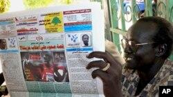 Seorang pria Sudan membaca koran. (Foto: ilustrasi)