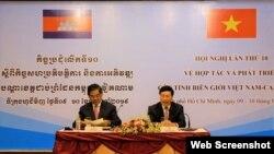 Phó thủ tướng, Bộ trưởng Ngoại giao Việt Nam Phạm Bình Minh (phải) và Phó thủ tướng, Bộ trưởng Nội vụ Campuchia Sar Kheng. Photo Zing.vn