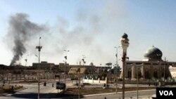 Asap tampak mengepul dari lokasi kantor keamanan pemerintah di Ramadi yang diserbu militan bersenjata (15/1).