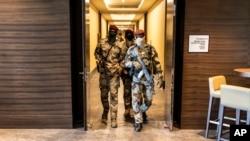 Des soldats de la junte traversent un hôtel lors d'une réunion avec des représentants de haut niveau de la Cédéao, à Conakry, en Guinée, le 17 septembre 2021.