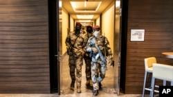 Des soldats de la junte traversent un hôtel lors d'une réunion avec des représentants de haut niveau de la Communauté économique des États de l'Afrique de l'Ouest (CEDEAO), à Conakry, en Guinée, le 17 septembre 2021.