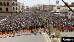 Followers of the Shi'ite Houthi group pray during a rally to denounce fuel price hikes and to demand for the resignation of the government in Sanaa, Yemen, Aug. 22, 2014.