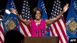 Мишель Обама выступает в Милуоки (штат Висконсин)в поддержку сенатора-демократа Рассела Фейнгольда.