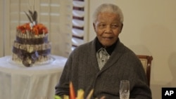 南非前总统曼德拉7月18日在南非庆祝自己的生日