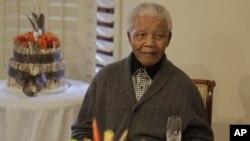Nelson Mandela menjalani pemeriksaan kesehatan rutin di rumah sakit Pretoria, Sabtu (9/3).