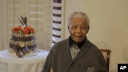 南非前总统曼德拉2012年7月18日在南非的家中庆祝他的生日