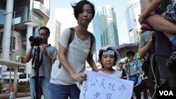 香港大學前學生會會長張韻琪及4歲女兒 (美國之音湯惠芸拍攝)