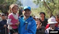 북한 함경북도 홍수 피해 지역을 방문한 유니세프 직원 아닐 포크렐 씨가 북한 어린이를 안고 있다. 유니세프가 20일 발표한 북한 수해 실태 보도자료에 실린 사진이다.