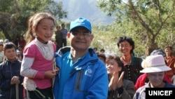 북한 함경북도 홍수 피해 지역을 방문한 유니세프 직원 아닐 포크렐 씨가 북한 어린이를 안고 있다. 유니세프가 지난 9월 발표한 북한 수해 실태 보도자료에 실린 사진이다.