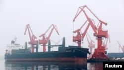 一艘装满原油的外国油轮2019年4月21日在中国青岛港卸货。