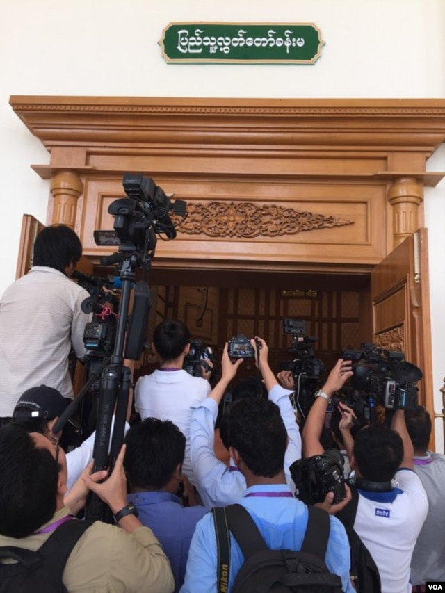 Media sramble for the shot of the historic session opening of Myanmar's lower house, March 10, 2016. (S. Herman/VOA)