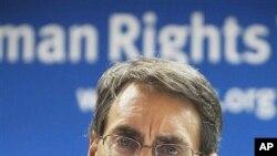 ທ່ານ Kenneth Roth ຫົວໜ້າບໍລິຫານກຸ່ມປົກປ້ອງສິດທິມະນຸດ Human Rights Watch ກ່າວຕໍ່ກອງປະຊຸມນັກຂ່າວທີ່ກຸງໄຄໂຣ, ອີຈິບ. ວັນທີ22 ມັງກອນ 2012..