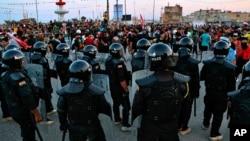 Pasukan keamanan Irak melarang para demonstran mendirikan tenda-tenda di Basra, Jumat (6/11).