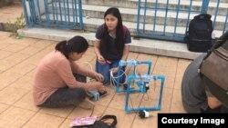 សិស្សដែលចូលរួមប្រកួតរ៉ូបូតក្នុងទឹក ធ្វើការតេស្តសាកល្បងរ៉ូបូតខ្លួនក្នុងអាងហែលទឹក នៅពហុកីឡាដ្ឋានជាតិអូឡាំពិក កាលពីខែមករា ឆ្នាំ២០១៨។ (រូបពី STEM Cambodia)