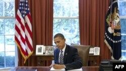 Барак Обама подписывает закон, позволяющий США повысить потолок госдолга