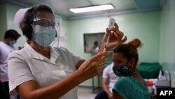 Một nữ y tá chuẩn bị tiêm vaccine Abdala chống COVID-19 tại Cienfuegos, Cuba, ngày 30/5/2021.