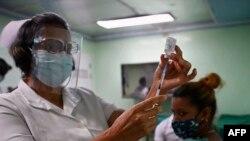 Một y tá chuẩn bị mũi tiêm bằng vaccine Abdala do Cuba sản xuất trong bức ảnh chụp tại Cienfuegos ở Cuba hôm 30/5. Cuba sẽ cung cấp và chuyển giao công nghệ sản xuất vaccine này cho Việt Nam