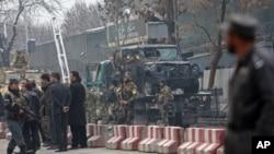 26일 아프가니스탄 수도 카불에서 무장조직 탈레반이 터키대사관 차량에 폭탄 공격을 가한 가운데, 터키와 아프간 경찰들이 사건 현장을 수색하고 있다.
