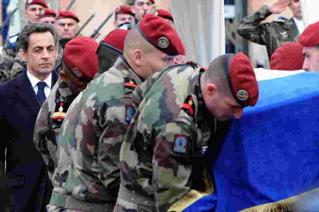 El presidente de Francia, Nicolas Sarkozy, en la ceremonia de sepultura de uno de los tres paracaidístas asesinados por por Mohammed Merah.