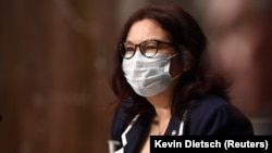 Senator Tammy Duckworth (D-IL) wears a protective mask during a Senate Armed Services hearing on Capitol Hill in Washington, DC, U.S. May 7, 2020. Kevin Dietsch/Pool via REUTERS