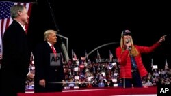 Senatorja Kelly Loeffler flet ndërsa Presidenti Donald Trump dhe Senatori David Perdue dëgjojnë gjatë një tubimi elektoral në Xhorxhia