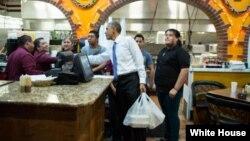 Президент США Барак Обама зашел купить еду в один из ресторанов мексиканской кухни в городе Нэшвилл, штат Теннесси. 9 декабря 2014 г.