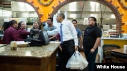 Tổng thống Hoa Kỳ Barack Obama tại một cửa hàng bán thực phẩm ở Nashville, Tennessee.