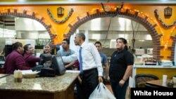 美国群众和总统。奥巴马总统在纳什维尔的餐厅买外卖(2014年12月9日)