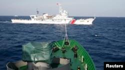지난 5월 남중국해에서 중국 해안경비선과 베트남 해군함이 대치하고 있다. (자료사진)