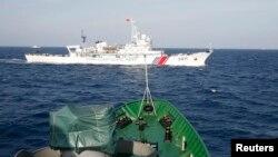 Tàu tuần duyên Trung Quốc được nhìn thấy gần một tàu của Lực lượng Cảnh sát biển Việt Nam ở Biển Đông, khoảng 210 km ngoài khơi bờ biển Việt Nam, 14/5/2014.