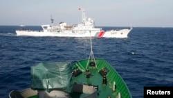 一艘中国海岸警卫队的船只(上)2014年5月14日在越南海岸外210公里处游弋
