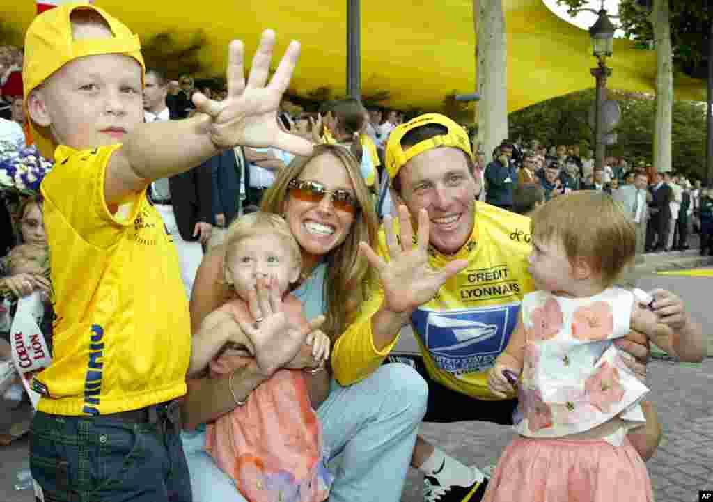 27 juillet 2003 : Lance Armstrong, sa femme Kristin, son fils Luke et ses jumelles Isabelle Rose et Grace Elizabeth célébrant ses cinq titres du Tour de France