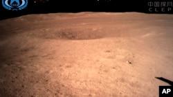 新华社发布的来自中国航天局的照片显示了嫦娥四号发回的第一张月球背面的图片,2019年1月3日。
