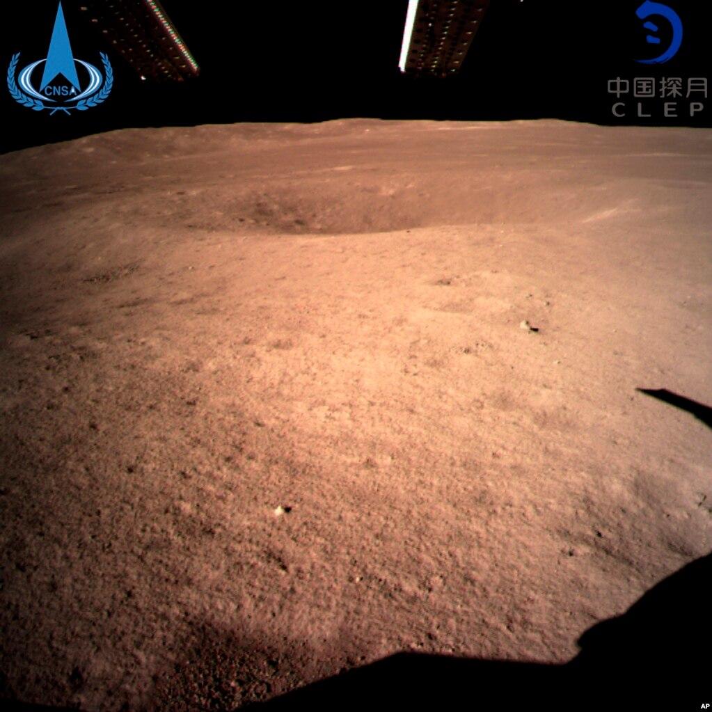 인류최초로 달 뒷면 착륙에 성공한 중국의 달 탐사선 '창어-4호'가 찍은 달 뒷면의 모습을중국 국가항천국이 공개했다.