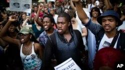 2013年7月14日成群的示威者准备迈向纽约时代广场