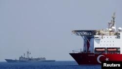Kapal pemboran Turki, Yavuz dikawal oleh fregat Angkatan Laut Turki TCG Gemlik (F-492) di kawasan timur Laut Tengah, sebelah barat daya Siprus , 6 Agustus 2019. (Foto: REUTERS / Murad Sezer)