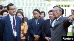 柬埔寨首相洪森(右)與反對黨領袖桑蘭西(左)交談。