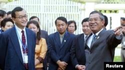 柬埔寨首相洪森(右)与反对党领袖桑兰西(左)交谈。