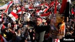 1月24日,埃及支持軍方的示威者在開羅廣場舉行示威