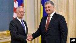우크라이나를 방문한 짐 매티스 미국 국방장관(왼쪽)이 24일 페트로 포로셴코 우크라이나 대통령과 만나 악수하고 있다.