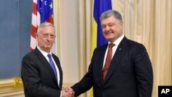 Bộ trưởng Quốc phòng Mỹ Jim Mattis và Tổng thống Ukraine Petro Poroshenko, tại Kiev, ngày 24/8/2017.