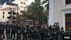 Kelompok pro-pemerintah Venezuela menyerang gedung Parlemen Nasional dan menyandera seluruh anggota parlemen yang sedang bersidang dan para wartawan yang tengah meliput persidangan di dalam gedung tersebut, Rabu, 5 JUli 2017. (Foto: VOA/Álvaro Algarra).