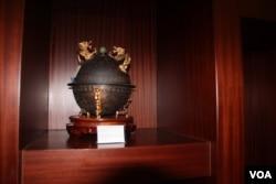 香港立法會內精美藝術品沒有被動的跡象 (美國之音記者申華拍攝)