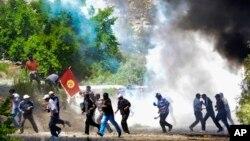 Демонстранты с национальным флагом штурмуют офис рудника Кумтор . Кыргызстан, 31 мая 2013г.