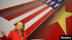 Clinton ha participado en la Cumbre ASEAN en Camboya, donde ha exigido a China resolver los conflictos marítimos de la zona.