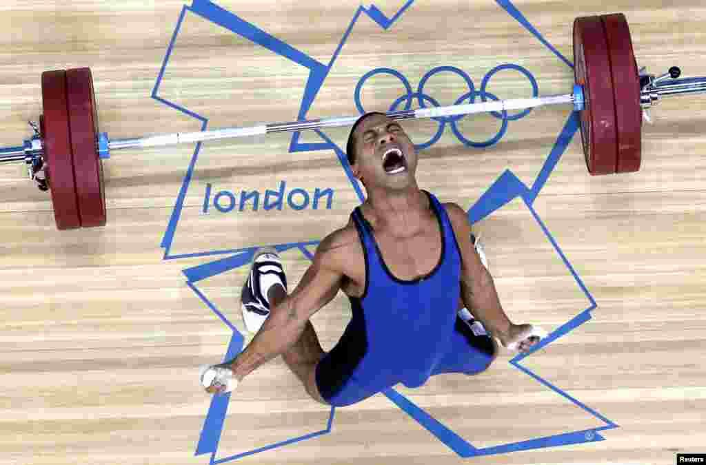 Manuel Minginfel de Micronesia suelta las pesas, durante la competencia en la categoría de 62 kilogramos.